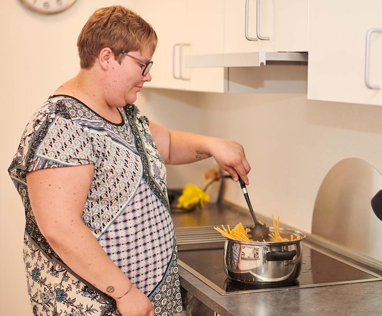 Elev hos Elmelund laver mad